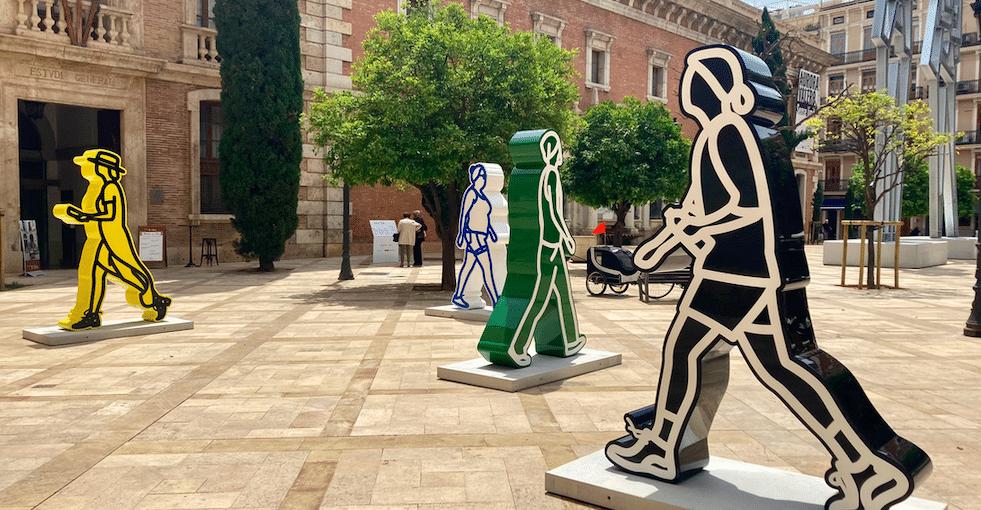 València acull les escultures monumentals de Julian Opie